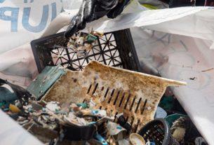 Un membre de l'ONG The Ocean Cleanup, récuperant le plastique dans le navire The Interceptor.